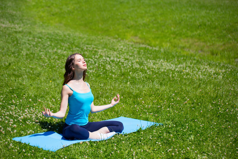 Meisje dat yoga doet royalty-vrije stock foto
