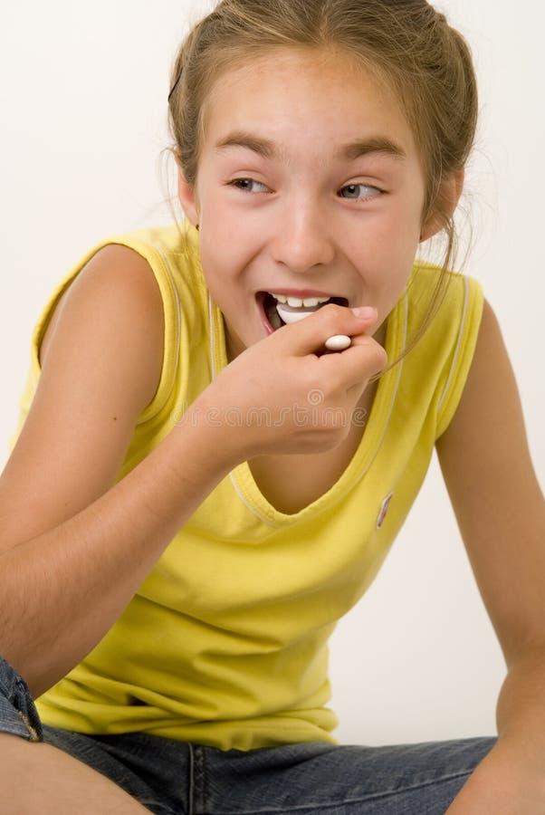 Meisje dat yoghurt VI eet stock afbeeldingen