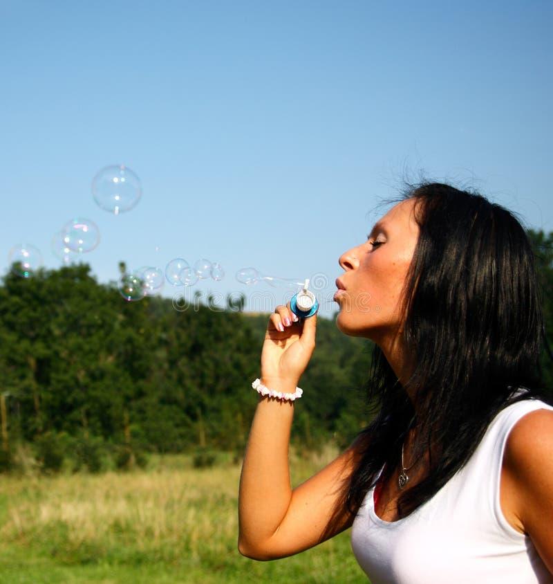 Meisje dat zeepbels maakt stock foto