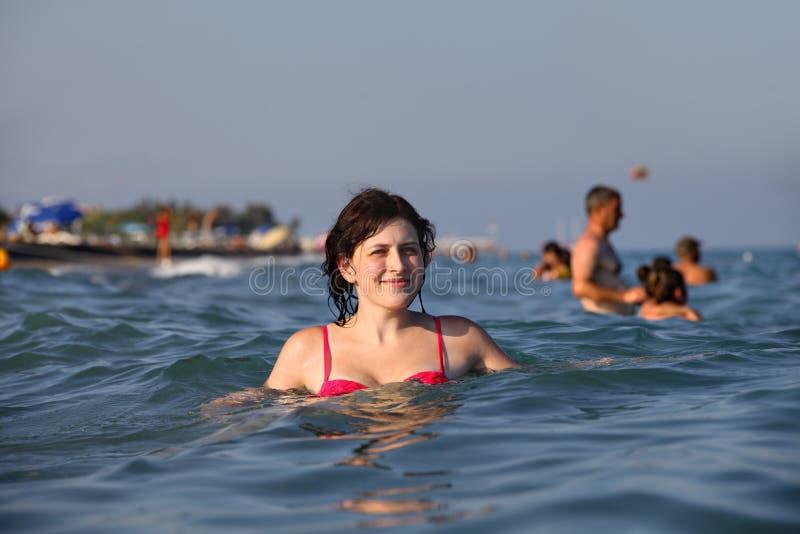 Meisje dat in zeewater zich diep bevindt royalty-vrije stock afbeelding
