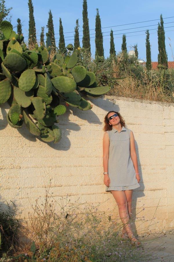 Meisje dat zich dichtbij vijgencactuscactus bevindt stock foto's
