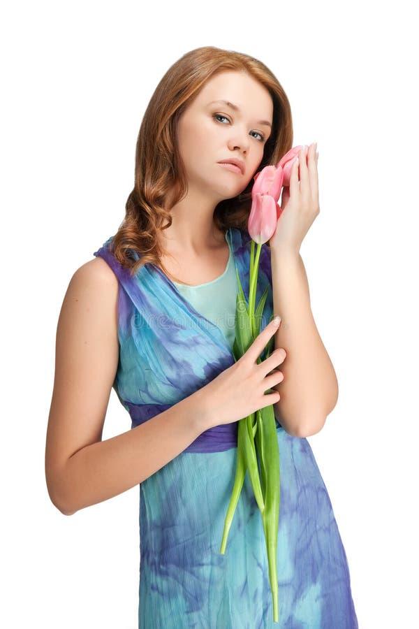 Meisje dat zich met tulpen bevindt stock afbeeldingen