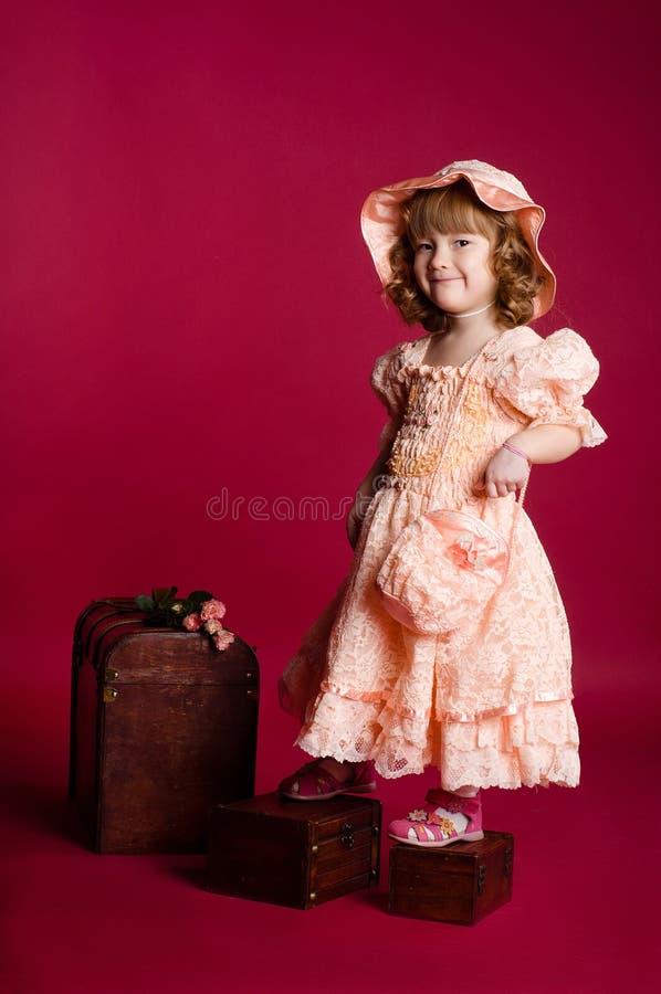 Meisje dat zich op dozen bevindt stock foto