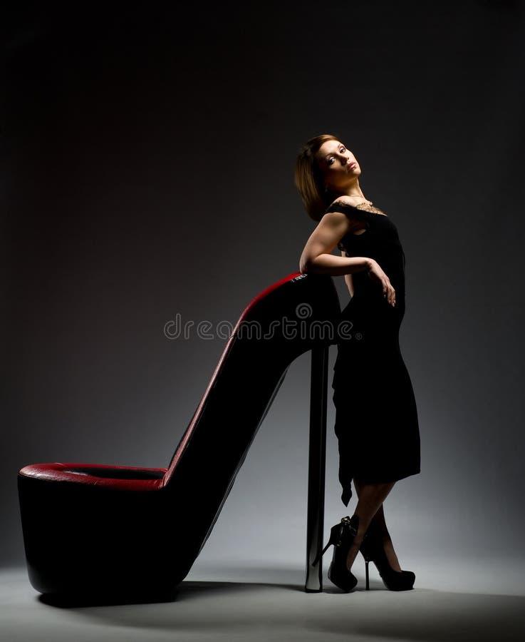 Meisje dat zich op een schoen bevindt royalty-vrije stock foto