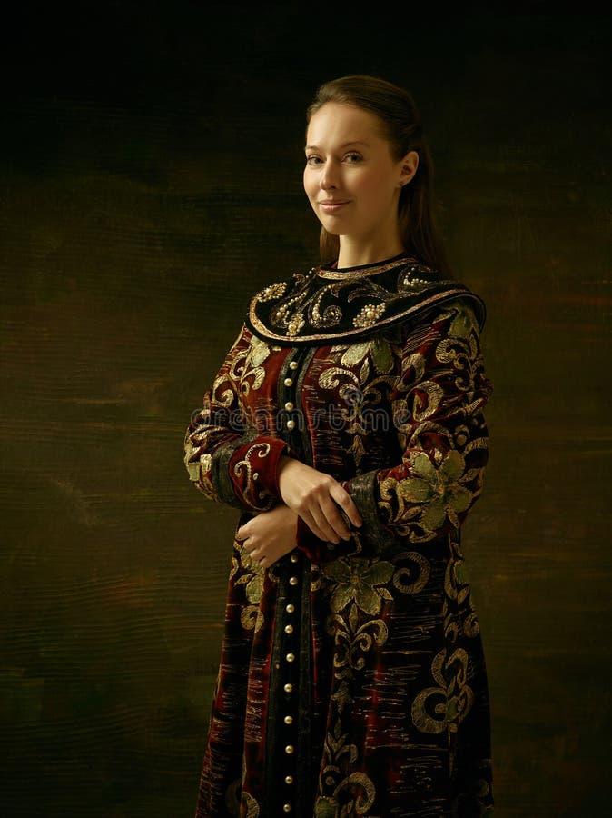 Meisje dat zich in Russisch traditioneel kostuum bevindt royalty-vrije stock afbeelding