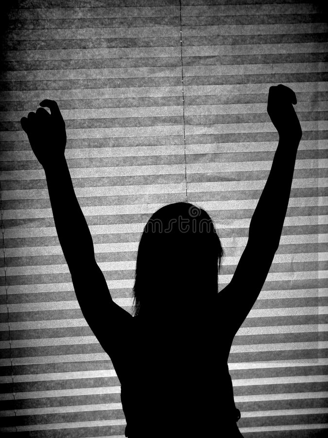 Meisje dat zich in silhouet bevindt royalty-vrije stock afbeeldingen