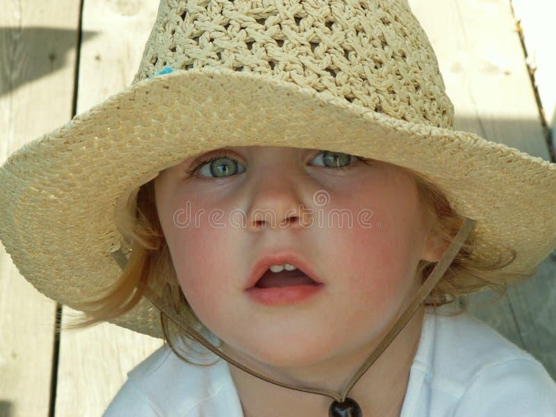 Meisje dat zonhoed draagt royalty-vrije stock fotografie