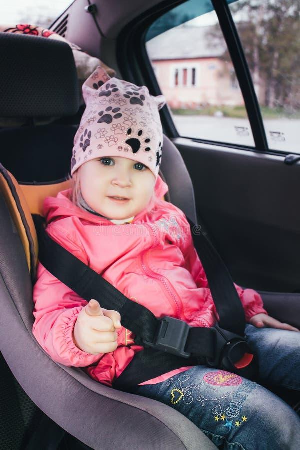 Meisje in de auto royalty-vrije stock fotografie