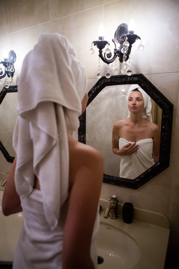 Meisje in de Badjas in de badkamers status royalty-vrije stock afbeelding