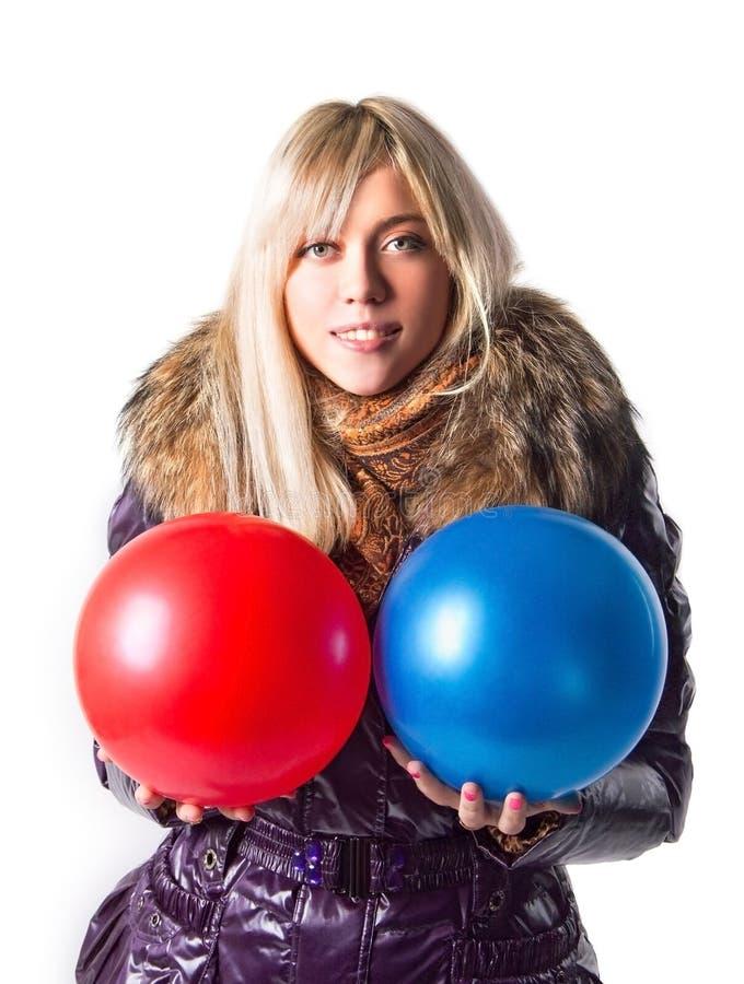 Meisje in de ballen van een jasjeholding stock foto