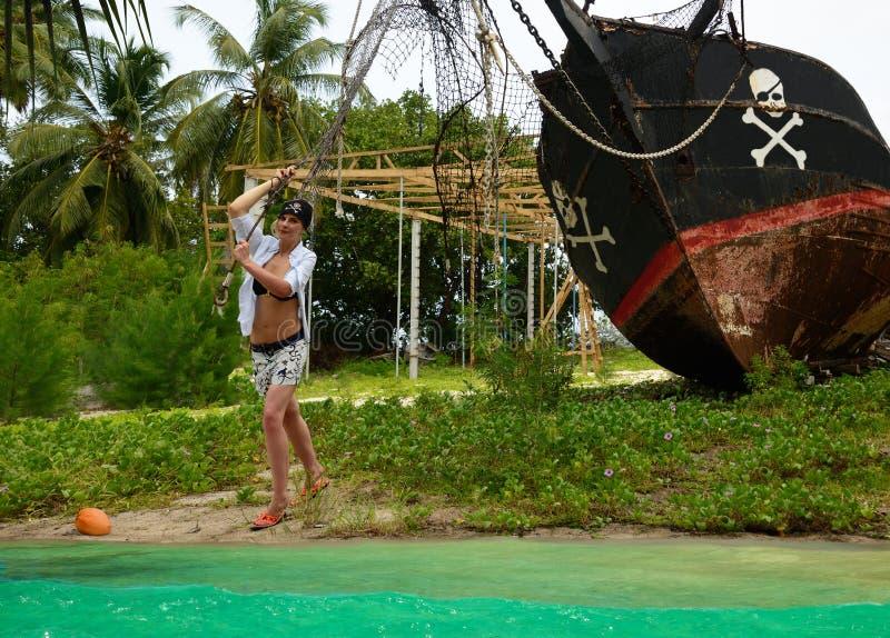 Meisje de boot van lanceringspiraten, avontuur. royalty-vrije stock afbeeldingen