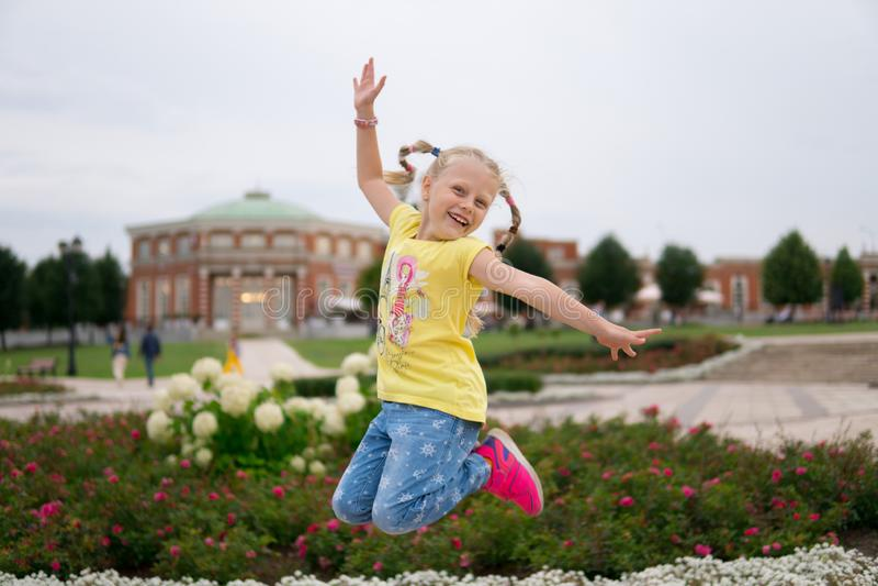 Meisje in de gelukkige lucht is gesprongen, funky, vreugde die stock fotografie