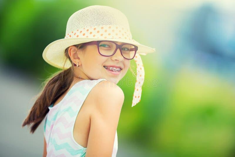 Meisje De gelukkige pretiener van de meisjestiener Meisje met glazen Meisje met tandensteunen Jong leuk Kaukasisch blond meisje i royalty-vrije stock afbeelding