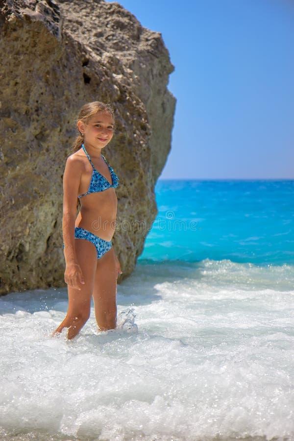 Meisje in de golven royalty-vrije stock afbeelding