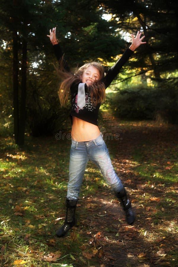 Meisje in de herfstpark royalty-vrije stock afbeelding