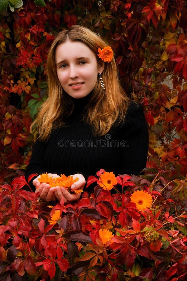 Meisje in de herfsttuin stock afbeeldingen