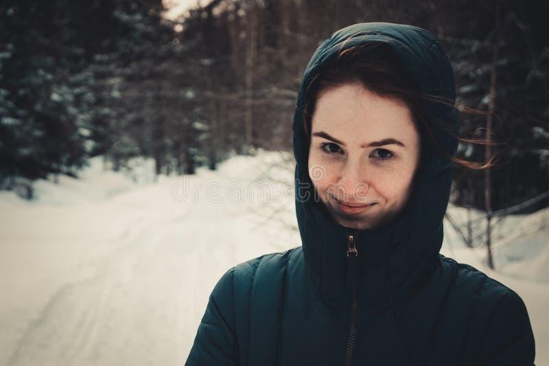 Meisje in de kap in de winter royalty-vrije stock afbeelding