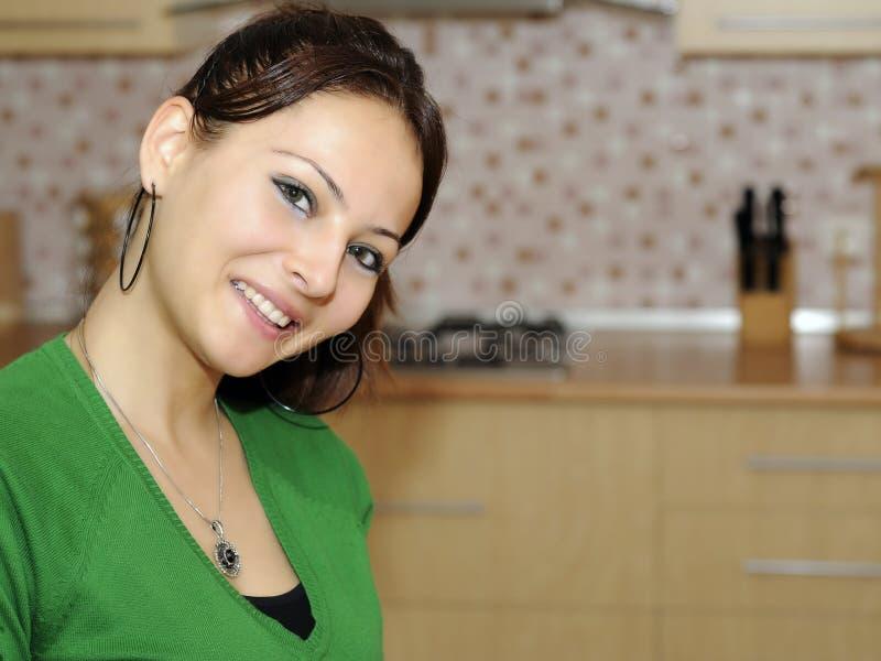 Meisje in de keuken royalty-vrije stock afbeeldingen