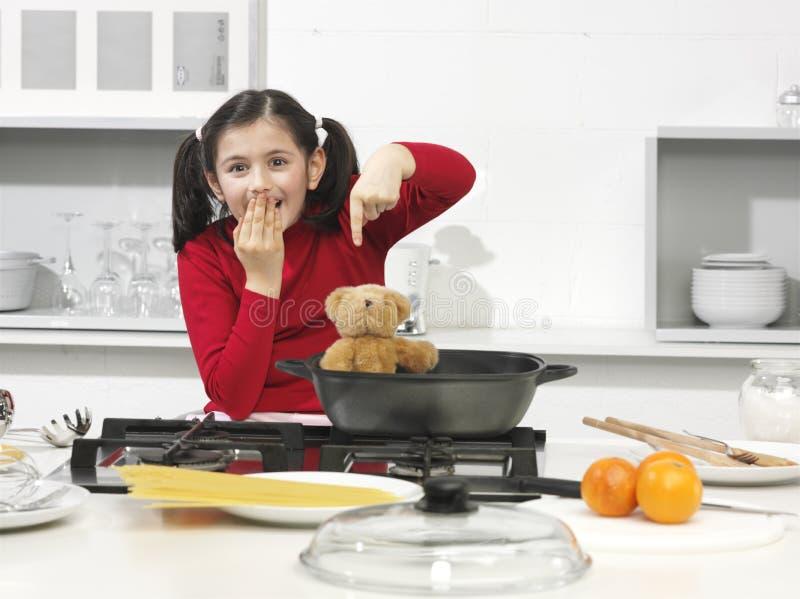 Meisje in de keuken stock afbeeldingen