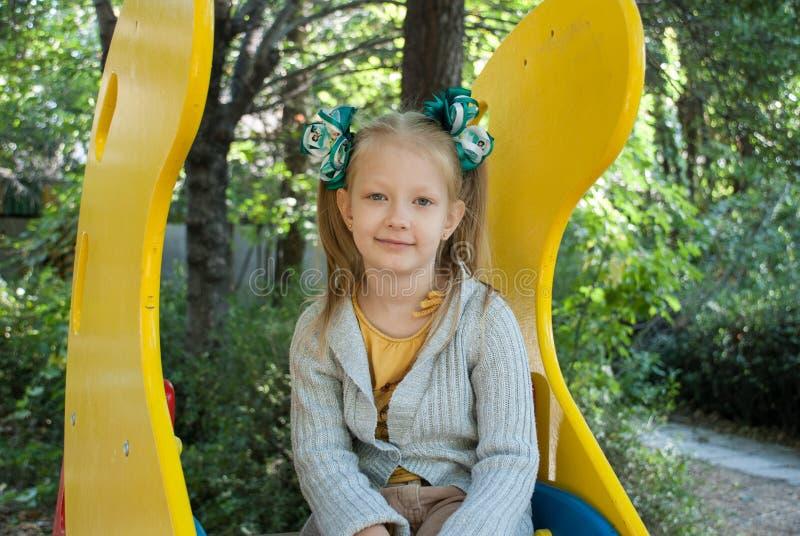 Meisje in de kleuterschool stock afbeelding