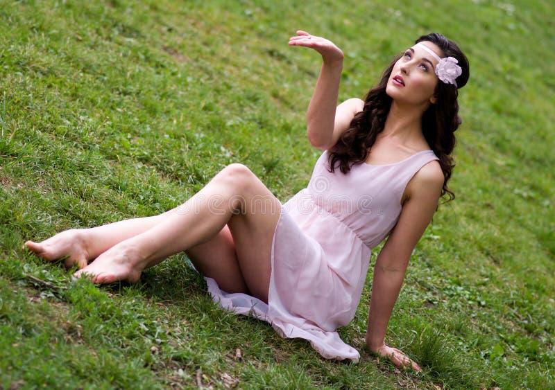 Meisje in de lenteregen stock afbeeldingen