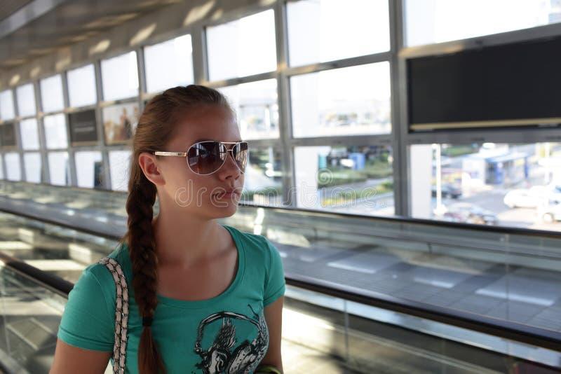 Meisje in de luchthaven van Athene stock foto's