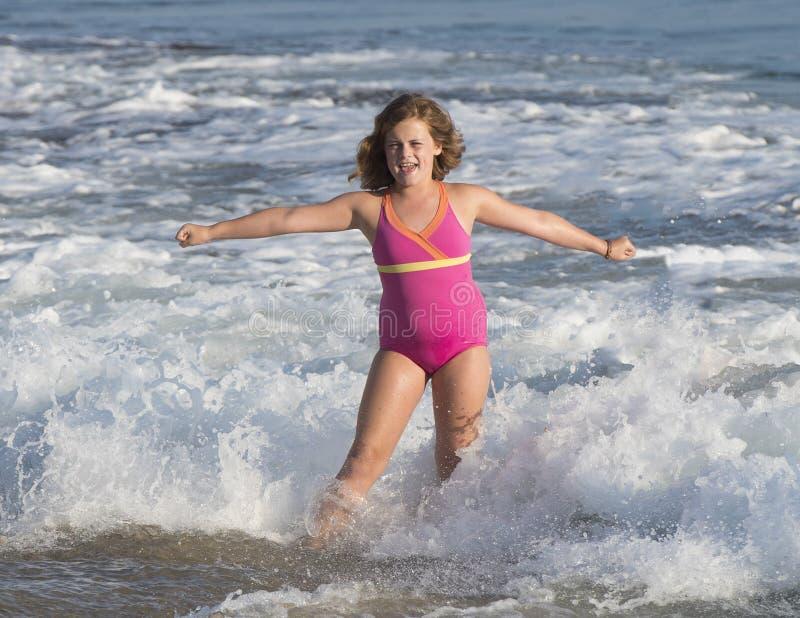 Meisje in de oceaan stock foto's