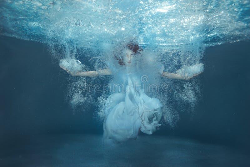 Meisje in de pool onder de bellen royalty-vrije stock foto