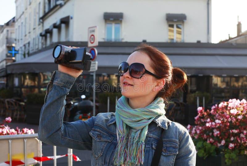 Meisje in de straat Parijs royalty-vrije stock fotografie