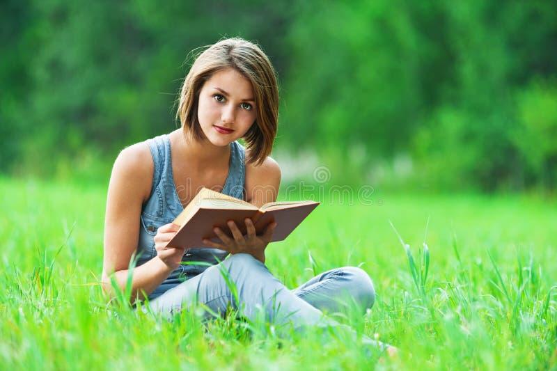 Meisje - de student leest boek stock foto's