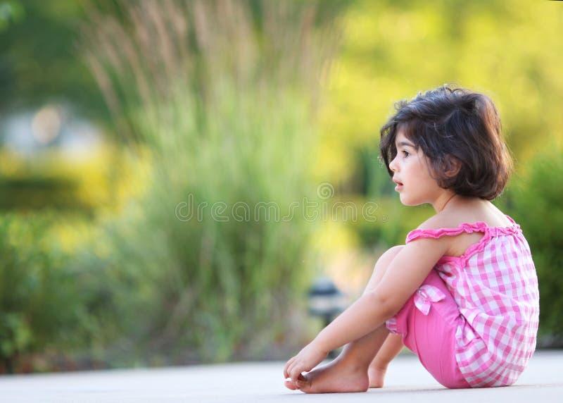 Meisje in de tuin stock foto's