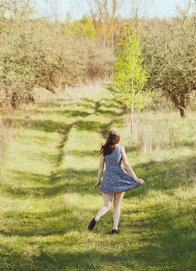 Meisje in de tuin royalty-vrije stock fotografie