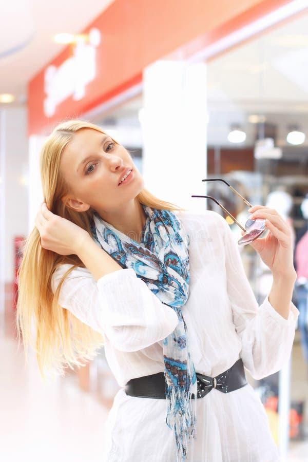 meisje in de winkel royalty-vrije stock foto