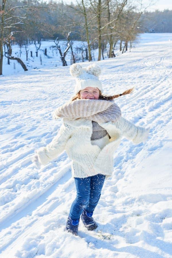 Meisje in de winter het dansen stock afbeelding