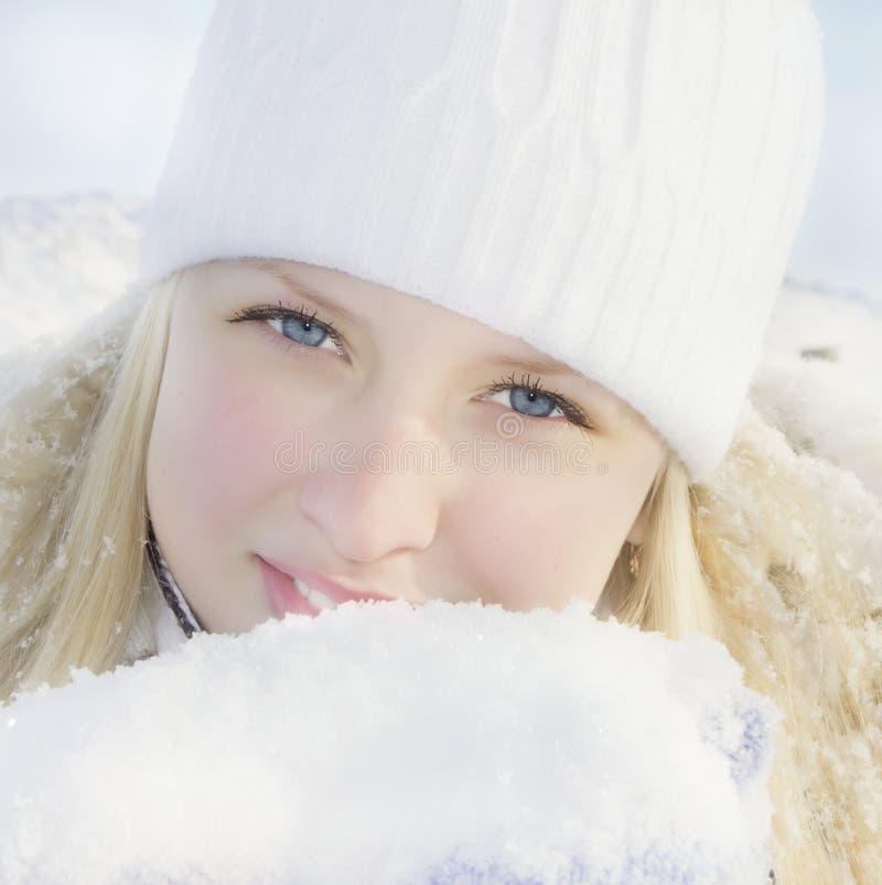 Meisje in de winter zonnige dag stock afbeeldingen