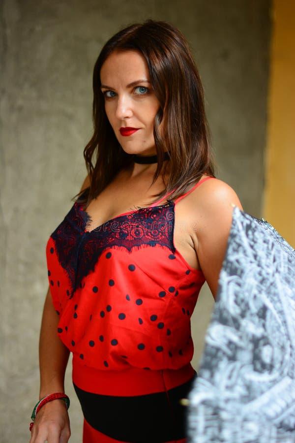meisje dicht in rood met een paraplu stock fotografie