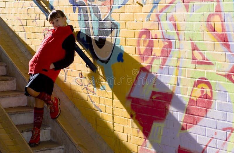 Meisje dichtbij de graffitimuur royalty-vrije stock afbeeldingen