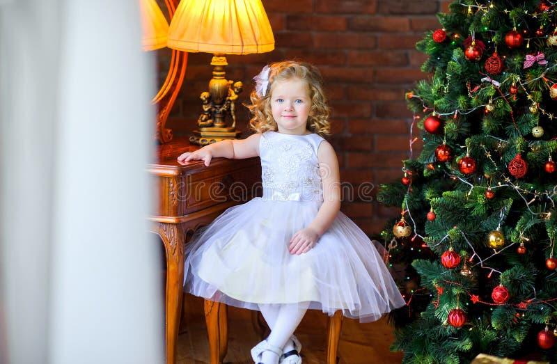 Meisje dichtbij de Kerstboom royalty-vrije stock afbeeldingen