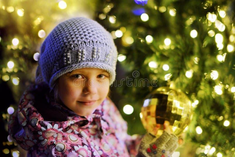 Meisje dichtbij de Kerstboom royalty-vrije stock foto's