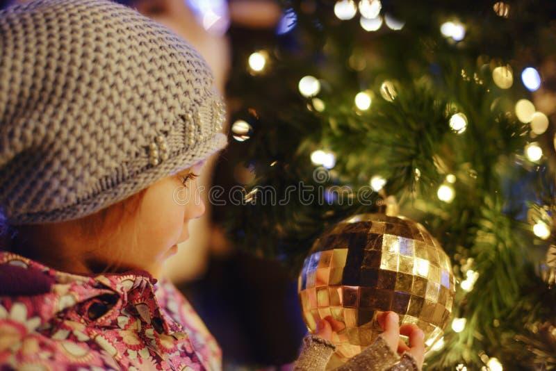 Meisje dichtbij de Kerstmisboom royalty-vrije stock fotografie