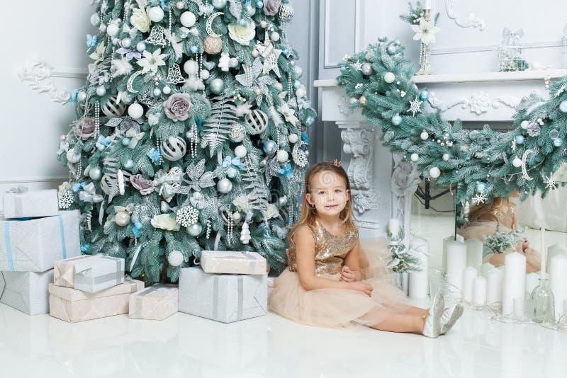 Meisje dichtbij de Kerstmisboom royalty-vrije stock foto's