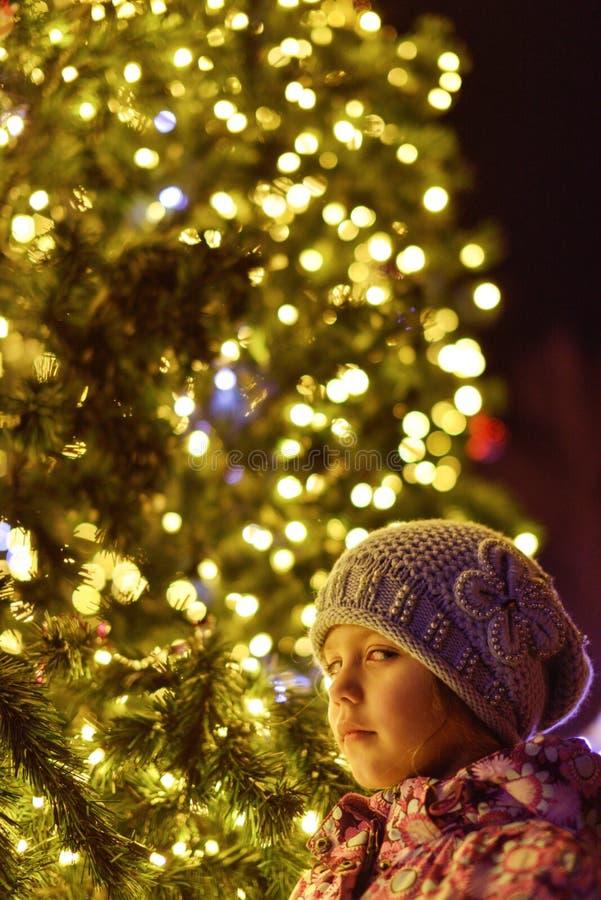 Meisje dichtbij de Kerstmisboom royalty-vrije stock afbeeldingen