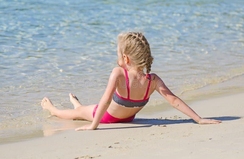 Meisje dichtbij de oceaan. stock fotografie