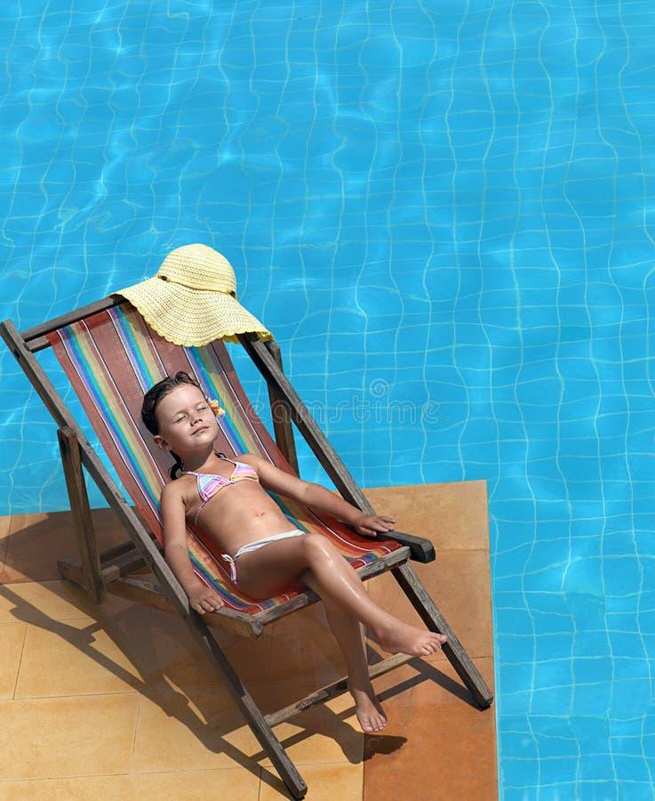 Meisje dichtbij de pool royalty-vrije stock afbeelding