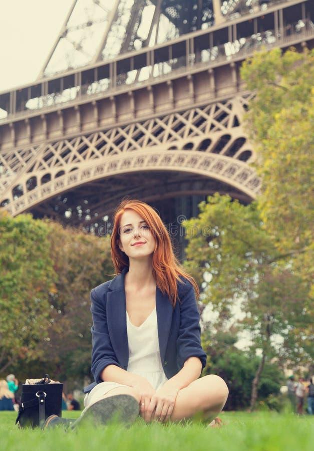 meisje dichtbij de toren van Eiffel. stock fotografie