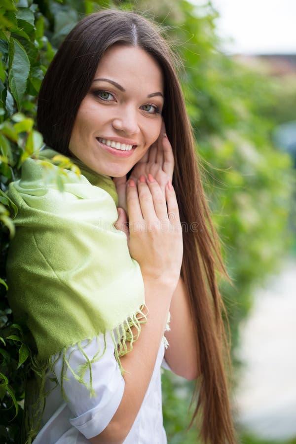 Meisje dichtbij groene tak royalty-vrije stock afbeelding