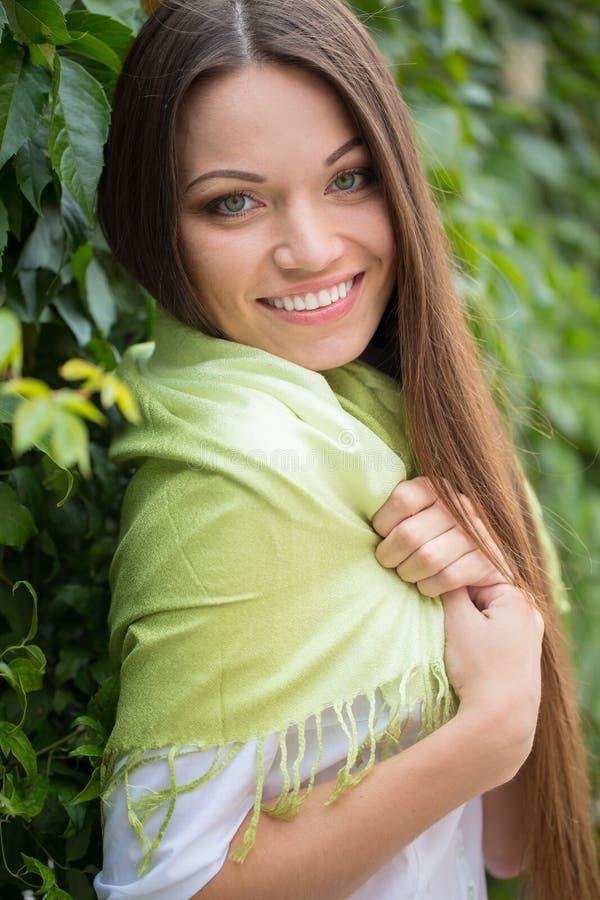 Meisje dichtbij groene tak royalty-vrije stock foto's