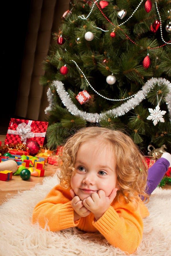 Meisje dichtbij Kerstboom royalty-vrije stock fotografie