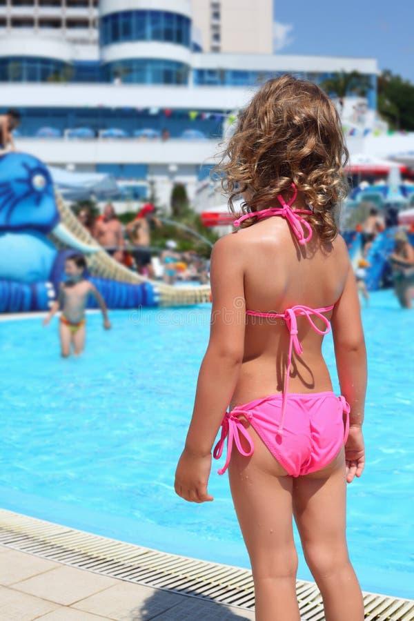 Meisje dichtbij pool in aquapar royalty-vrije stock foto's