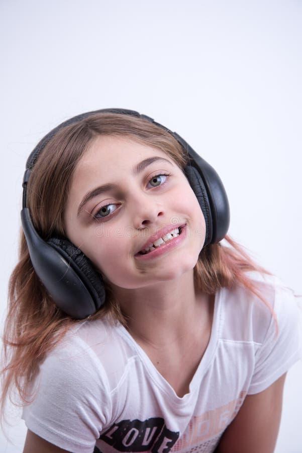 Meisje die aan mooie muziek op hoofdtelefoon luisteren royalty-vrije stock fotografie
